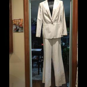 EUC-Calvin Klein Pantsuit Off-White size 8